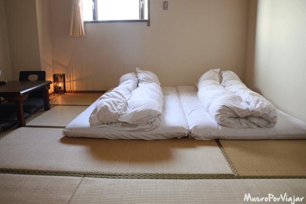 Dormir en un hotel que tenga habitaciones con tatami típico Japonés es una de las cosas obligadas que hay que hacer en el viaje