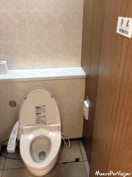 Típico inodoro de un baño público japonés, con más botones que una PlayStation