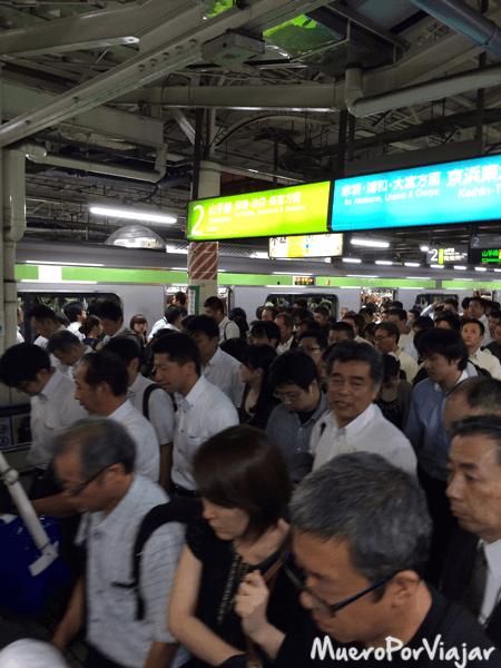 Aunque parezca que hay mucha gente, es lo típico en el metro de Tokyo en hora punta