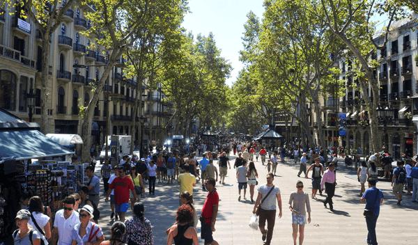 La calle de Las Ramblas en Barcelona es uno de los puntos turísticos más visitados