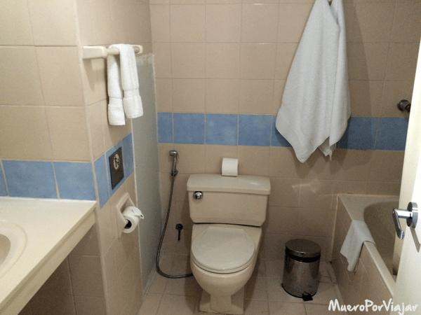 Baño de la habitación del Hotel Mariel en Lima