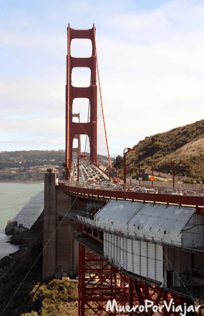 Por el centro del Puente Golden Gate circulan coches y hay carril bici y peatonal
