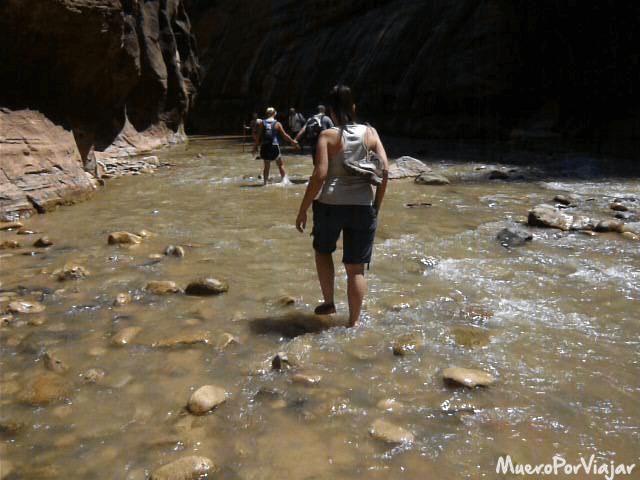 Caminando por el río hay que tener cuidado con las piedras porque sol algo resvaladizas