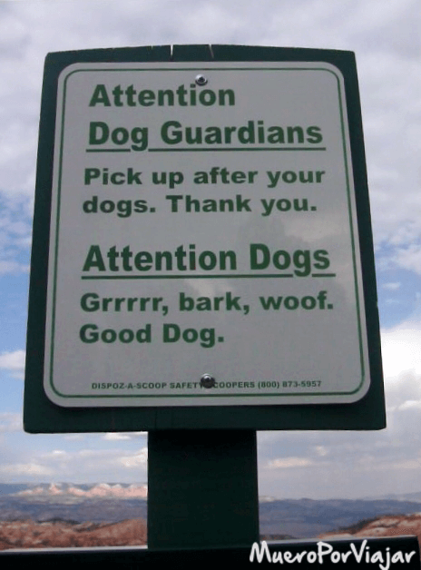 """Avisos que hay en el parque: A los dueños de los perros se les dice """"Que recojan los desechos de los perros"""". Y a los perros: """"Grrr, bark, woof. Buen perro"""" :)"""