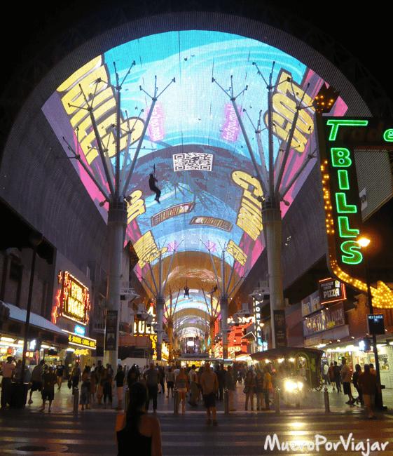 El espectacular Fremont Street Experience es de lo mejor para pasear por las noches en Las Vegas