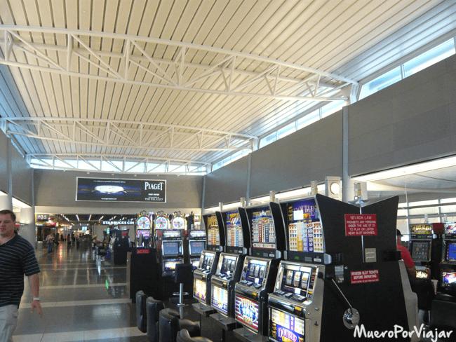 En el aeropuerto de Las Vegas también hay maquinas tragaperras