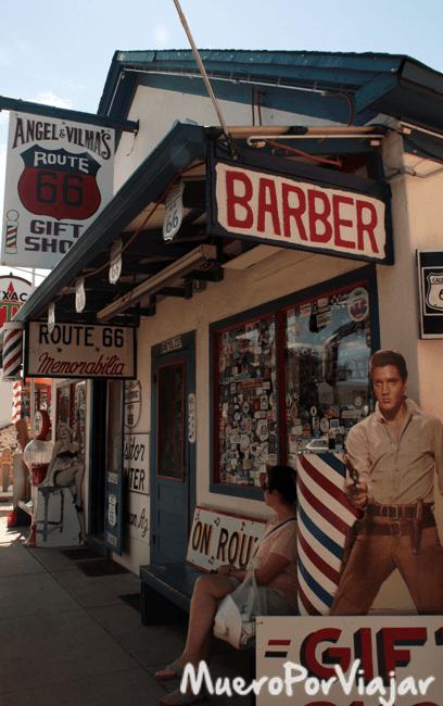 La barbería del Sr. Ángel Delgadillo esta repleta de iconos americanos, hasta de un Elvis Presley Pistolero