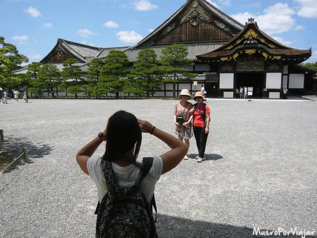 Una de las cosas mas chulas de viajar es cuando te piden que les hagas fotos a otros turistas, como nos pasó en el Castillo de Nijo