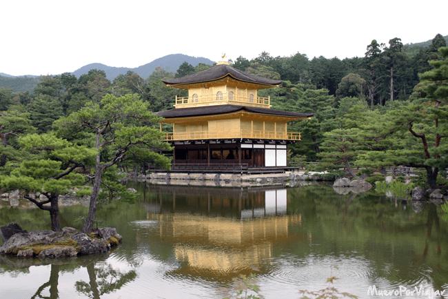Impresionante vista del Templo Kinkaku-ji recubierto de oro sobre el agua