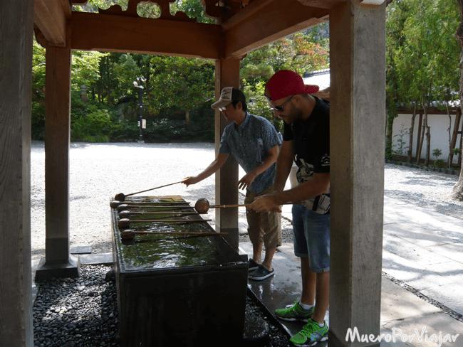 En las entradas de los templos hay estos surtidores de agua para limpiarse
