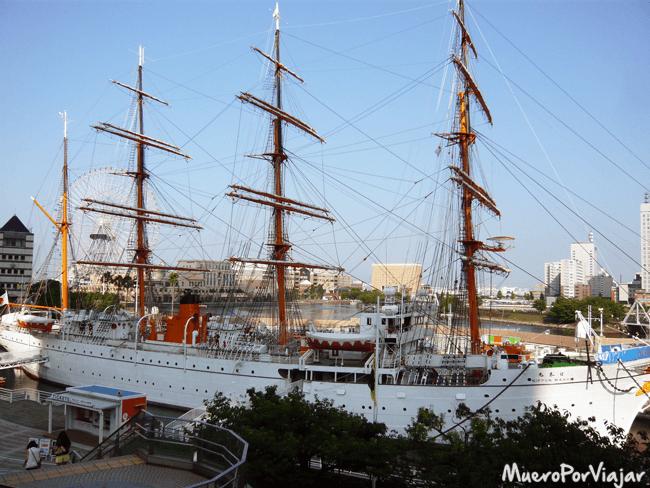 Barco en el puerto de Yokohama