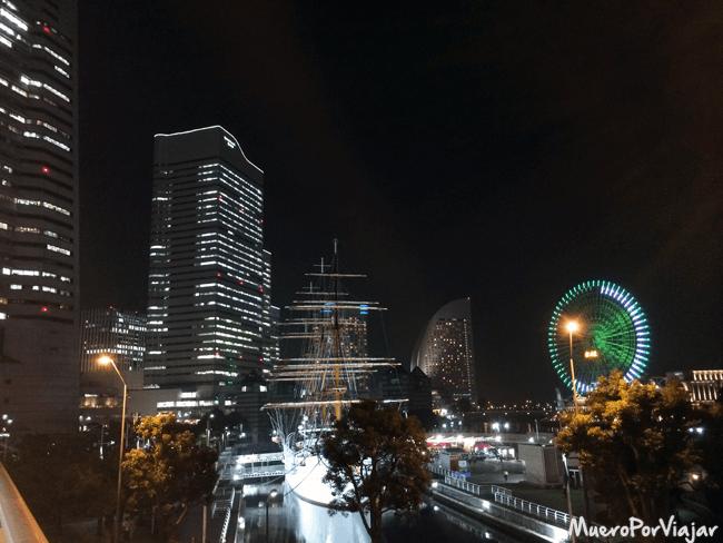 Yokohama con su noria de noche iluminada