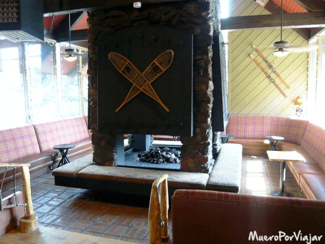 El típico hall de hotel de montaña de las películas americanas