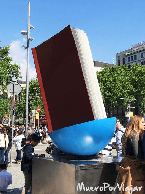 Monumento al libro (1994), de Joan Brossa ubicado en el cruce de Passeig de Gràcia con Gran Via, en Barcelona