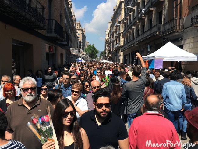 Las calles de Barcelona se ponen a rebosar de gente paseando y comprando en el día de Sant Jordi