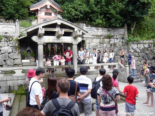 Cola para las tres fuentes del manantial Otowa-no-tak del templo Kiyomizu-dera, Kioto
