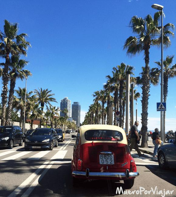 Paseando en coche clásico por la Barceloneta