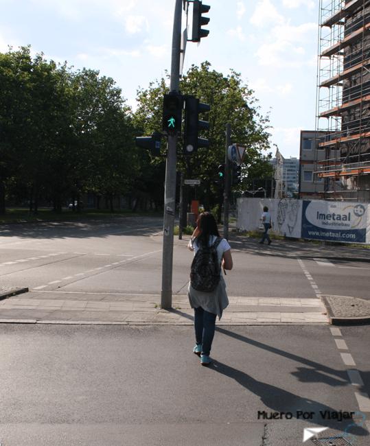 Cruzando un paso de cebra (Berlín, Alemania)