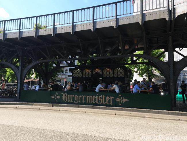 Por donde esta situado el Burgermeister mucha gente puede perdérselo, esta bajo el puente
