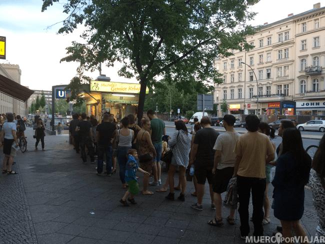 La cola más grande que vimos en Berlín era para los kebabs de Mustafa's Gemüse Kebab