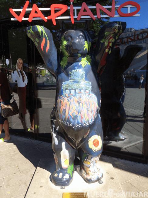 Uno de los muchos Osos Buddy que encuentras repartido por toda Berlín, en esta ocasión pintado con motivos de Vapiano