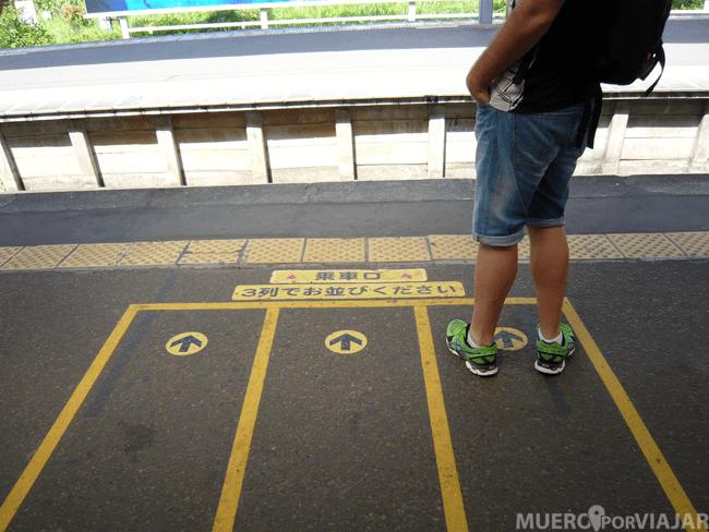 Líneas marcadas en el suelo para esperar el tren haciendo cola