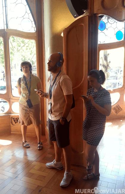 Atentos a las explicaciones del audioguía de la Casa Batlló (Barcelona)