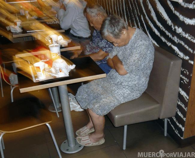 Dos ancianos japoneses durmiendo en un McDonalds