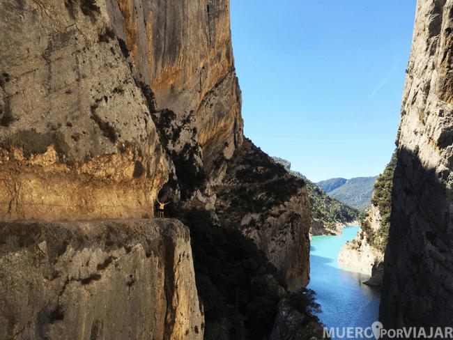 Nuria en la ruta excavada (1982) en la roca siguiendo el cauce del río Noguera Ribagorzana.