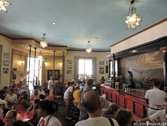 El interior de La Floridita esta siempre lleno de turistas para probar el famoso daiquiri