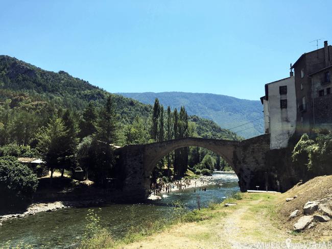 El puente que une el casco antiguo con la zona de acampada en el pueblo Gerri de la Sal