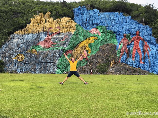 Saltando en el mural de la Prehistoria (Cuba)
