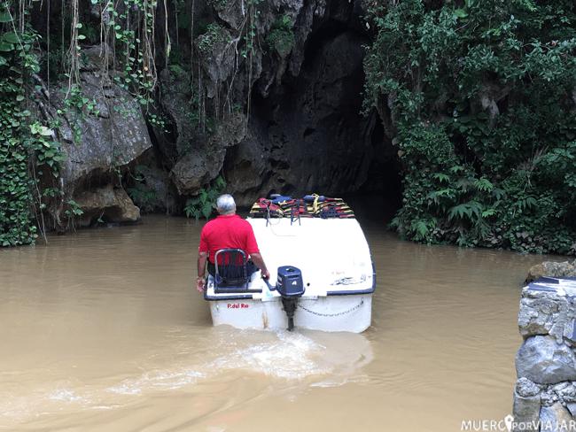 Barco que te pasea por una cueva