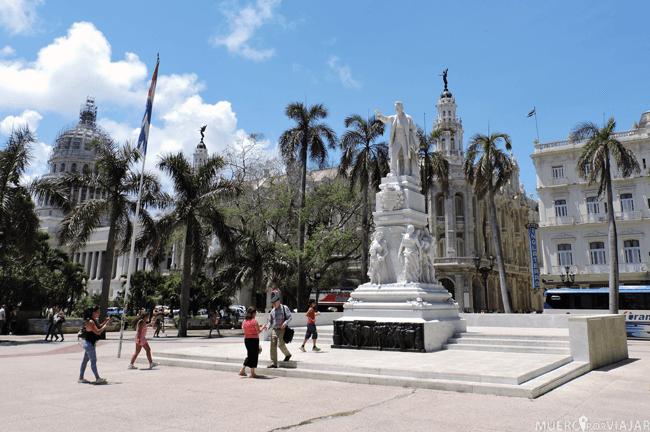Parque central de La Habana con la estatua de Jose Martí