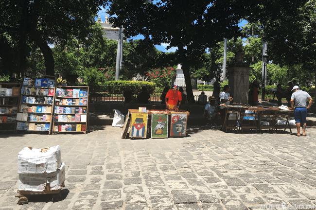Tenderos en la plaza de armas de la Habana, podemos encontrar desde libros hasta banderas