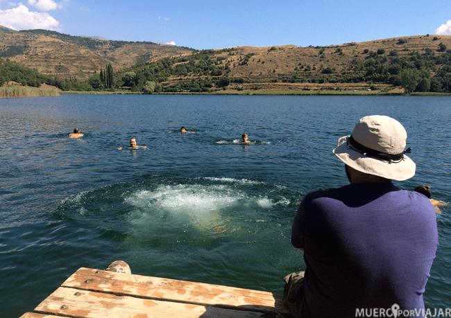 El agua tenia una temperatura muy agradable y había mucha gente bañandose