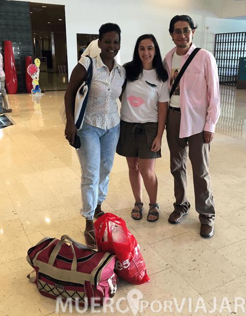 Entregando a la ONG todo lo que llevamos desde España