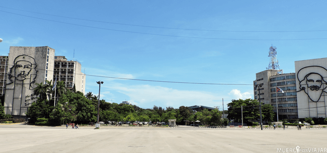 Vista de la plaza de la Revolución con El Che y Cienfuegos