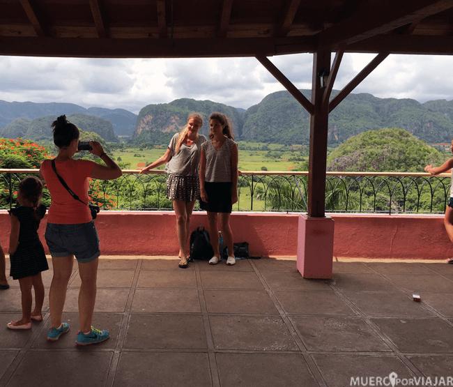 Nuria haciendo de fotógrafa en los Mogotes, Viñales (Cuba)