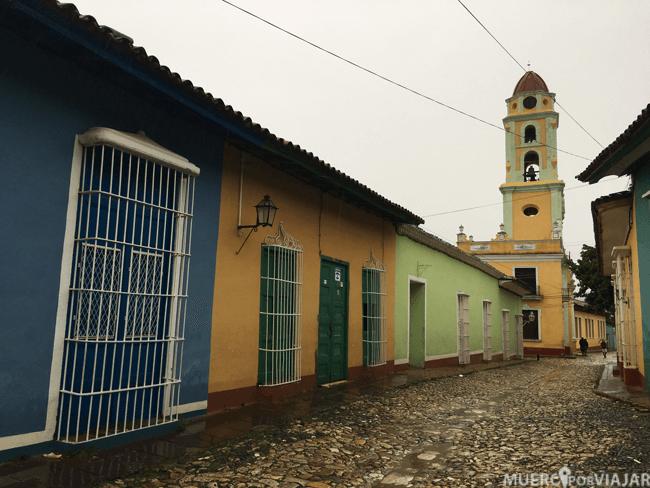 El pueblo de Trinidad se distingue por su colorido en las fachadas de las casas