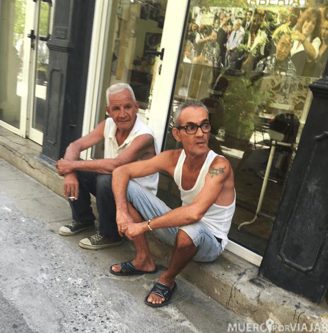 Disfrutando de una buena conversación en Cuba