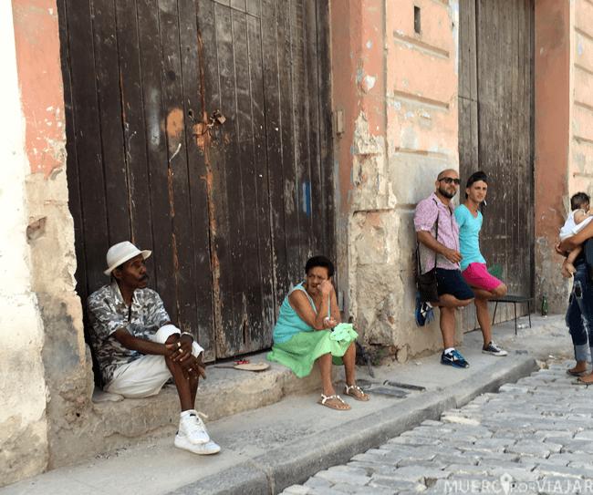 Gente descansando en las calles de Cuba