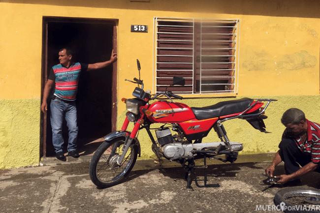 Mecánicos arreglando una moto en Cuba