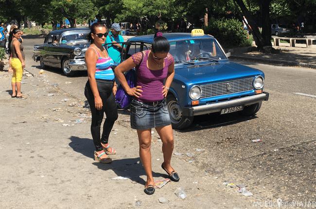 Cubanas esperando el taxi en la Habana