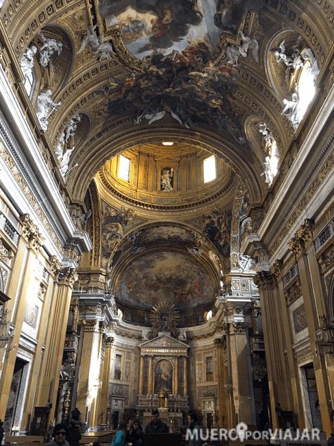 El interior de la Iglesia del Gesù en Roma es muy bonito y espectacular