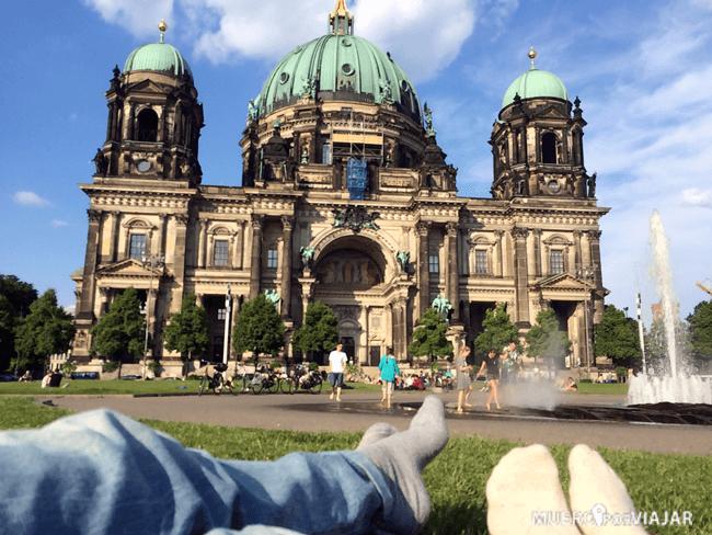 Descansando junto a la Catedral de Berlín