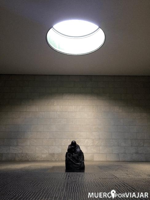 Madre con hijo muerto de Käthe Kollwitz - Berlín