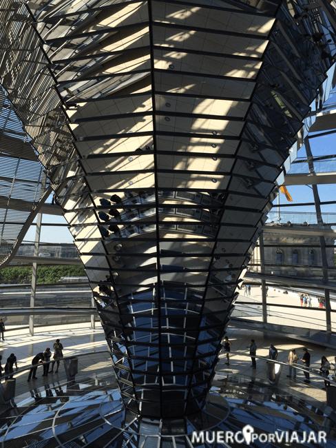 La columna central de la cúpula está recubierta de espejos para así aprovechar la luz e iluminar el parlamento