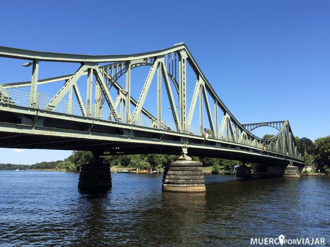 El famosos puente de los espías, el Puente Glienicke (Glienicker Brücke) en Postdam
