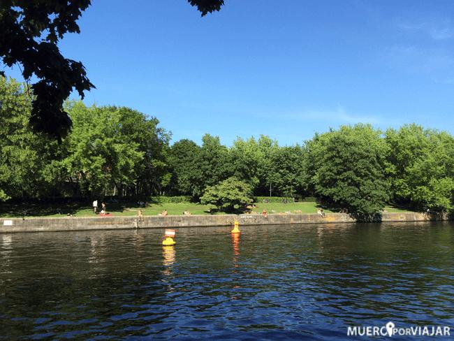 Paseando y disfrutando del día en el parque de Tiergarten en Berlín